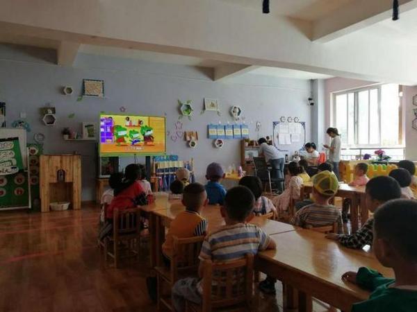 24个幼儿园全部用上了海信教育触控一体机