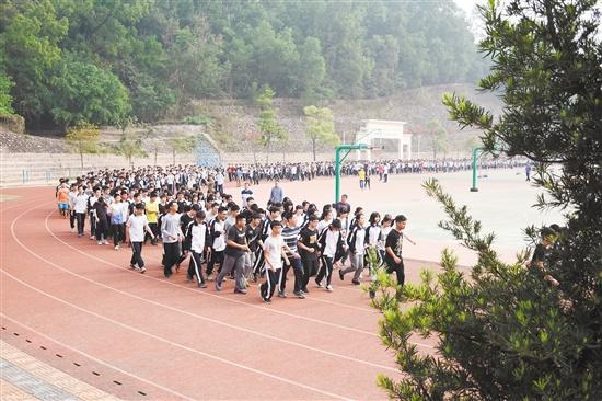 各中小学发挥创意让学生动起来 体育锻炼还可以这么玩!
