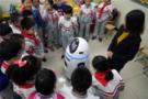 """名校首迎""""中国智造""""人工智能机器人小胖"""