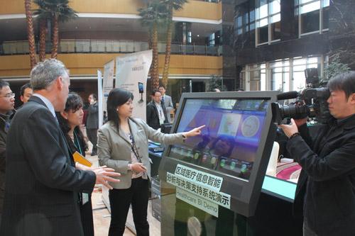 微软全球公共安全部的董事总经理Dermot F Barry先生观看思奇互动BI仪表盘产品演示